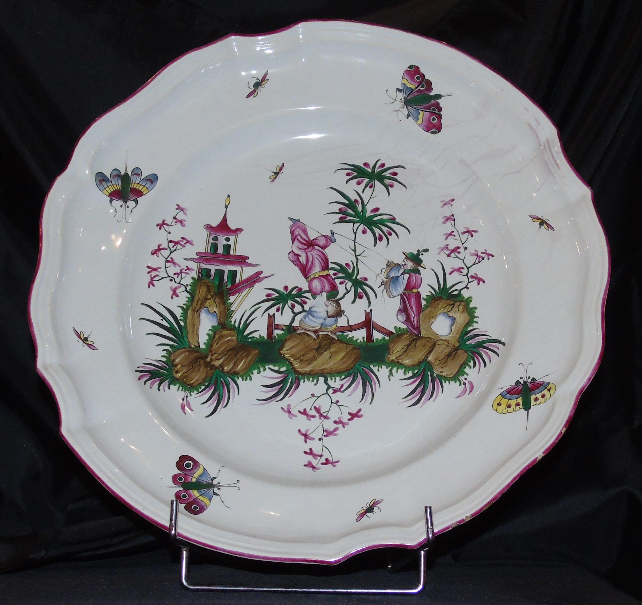 """Lunéville, plat, 1770-1775, faïence, décor au feu de moufle, Chinois équilibriste<br><p style=""""color:red;"""">Accès réservé membres</p>"""