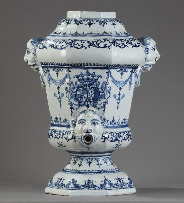 """Bordeaux, manufacture Hustin, fontaine aux armes de Pierre-Jean Genest,  1715-1725<br><p style=""""color:red;"""">Accès réservé membres</p>"""
